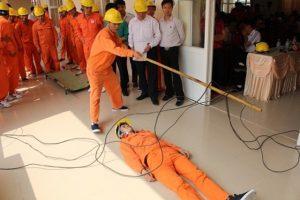Khi tách nguồn điện khỏi người nạn nhân cần đảm bảo đúng cách và an toàn
