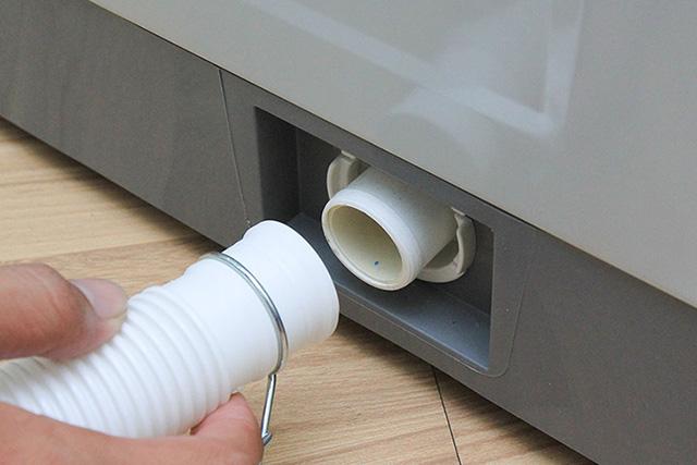 Nguyên nhân khiến máy giặt bị lỗi xả nước liên tục là do có dị vật trong ống xả