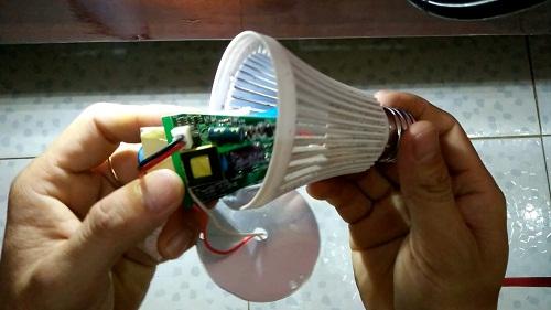 cách dùng bóng đèn tích điện